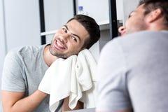 Σκουπίζοντας πρόσωπο ατόμων με την πετσέτα Στοκ εικόνες με δικαίωμα ελεύθερης χρήσης