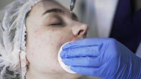 Σκουπίζοντας πρόσωπο Cosmetician μετά από το injeciton φιλμ μικρού μήκους