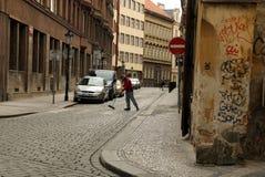 Σκουπίζοντας δρόμος ατόμων στην οδό Στοκ φωτογραφία με δικαίωμα ελεύθερης χρήσης