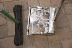 Σκουπίζοντας σπασμένο γυαλί Στοκ Εικόνα