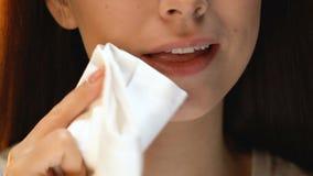 Σκουπίζοντας στόμα γυναικών με την πετσέτα μετά από το γεύμα, κανόνες εθιμοτυπίας, καλοί τρόποι απόθεμα βίντεο