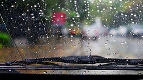 Σκουπίστε τη βροχή στον ανεμοφράκτη στοκ φωτογραφίες