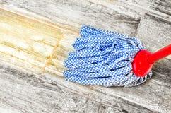 Σκουπίστε τη σφουγγαρίστρα πατωμάτων - οικοκυρική μικροδουλειών στοκ φωτογραφίες