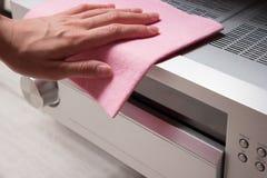 Σκουπίστε τον εξοπλισμό γραφείων από τη σκόνη στοκ εικόνα με δικαίωμα ελεύθερης χρήσης