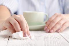Σκουπίστε το λεκέ με μια πετσέτα στοκ εικόνα με δικαίωμα ελεύθερης χρήσης