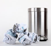σκουπίδια πενταλιών δοχ&e Στοκ φωτογραφία με δικαίωμα ελεύθερης χρήσης