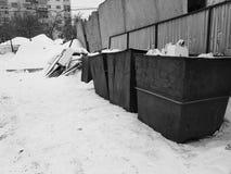 Σκουριασμένα δοχεία απορριμμάτων στο χιόνι το χειμώνα στοκ εικόνες