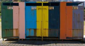 Σκουριασμένα ζωηρόχρωμα ενδύματα που αλλάζουν τα γραφεία στη ανοιχτή περιοχή Στοκ εικόνες με δικαίωμα ελεύθερης χρήσης