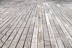 Σκουριασμένα καρφιά και αυξημένες ξύλινες decking επιτροπές στοκ εικόνες