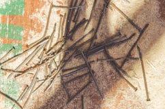 Σκουριασμένα καρφιά σφυριών με το πριονίδι Στοκ Φωτογραφίες