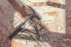 Σκουριασμένα καρφιά σφυριών με το πριονίδι Στοκ εικόνα με δικαίωμα ελεύθερης χρήσης