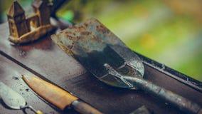 Σκουριασμένα μαχαίρι, Trowel και φτυάρι στοκ εικόνα