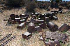 Σκουριασμένα δοχεία τροφίμων που εγκαταλείπονται στο εθνικό californi πάρκων δέντρων joshua Στοκ Φωτογραφία