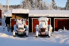 Σκουριασμένα παλαιά τρακτέρ που αφήνονται στο χιόνι στοκ εικόνα