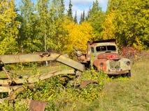 Σκουριασμένα truck και γκρέιντερ που ξεχνιούνται στο δάσος πτώσης Στοκ Φωτογραφία