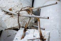 Σκουριασμένες ράβδοι ενός χάλυβα στους χαλασμένους συγκεκριμένους στυλοβάτες Στοκ Εικόνες