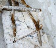 Σκουριασμένες ράβδοι ενός χάλυβα στους χαλασμένους συγκεκριμένους στυλοβάτες Στοκ Εικόνα