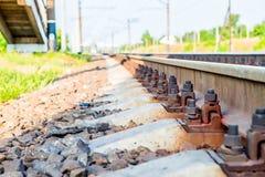 Σκουριασμένες ράγες στο σιδηρόδρομο με τα μπουλόνια Στοκ Εικόνες