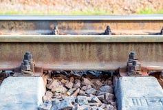 Σκουριασμένες ράγες στο σιδηρόδρομο με τα μπουλόνια Στοκ Φωτογραφίες