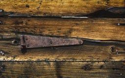 Σκουριασμένη άρθρωση πορτών στο ξεπερασμένο ξύλο στοκ φωτογραφία με δικαίωμα ελεύθερης χρήσης