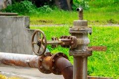 Σκουριασμένη βαλβίδα ελέγχου πίεσης νερού υπαίθρια Στοκ Φωτογραφία