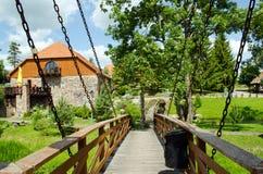 Σκουριασμένη γέφυρα λαβής αλυσίδων στο πάρκο Στοκ Φωτογραφία
