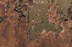 Σκουριασμένη καφετιά σύσταση σιδήρου, πράσινος παλαιός φράκτης με το χρώμα αποφλοίωσης Κατασκευασμένη ταπετσαρία για το σχέδιο στοκ εικόνες με δικαίωμα ελεύθερης χρήσης