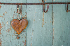 Σκουριασμένη παλαιά καρδιά στην ξύλινη ανασκόπηση Στοκ Εικόνες