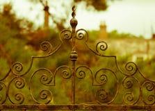 Σκουριασμένη παλαιά πύλη επεξεργασμένου σιδήρου μπροστά από το παλαιό αγγλικό σπίτι φέουδων Στοκ φωτογραφία με δικαίωμα ελεύθερης χρήσης
