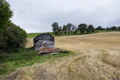 Σκουριασμένη παλαιά σιταποθήκη στον τομέα Στοκ Εικόνα