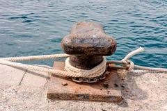 Σκουριασμένη πρόσδεση μετάλλων bolard για το μεγάλο σκάφος στοκ φωτογραφία