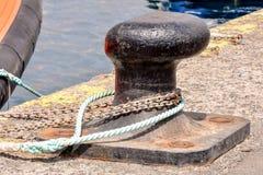 Σκουριασμένη πρόσδεση μετάλλων bolard για το μεγάλο σκάφος στοκ φωτογραφίες