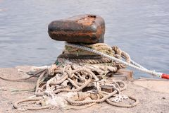 Σκουριασμένη πρόσδεση μετάλλων bolard για το μεγάλο σκάφος στοκ εικόνες