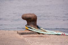 Σκουριασμένη πρόσδεση μετάλλων bolard για το μεγάλο σκάφος στοκ εικόνα με δικαίωμα ελεύθερης χρήσης