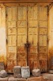 Σκουριασμένη πόρτα ως υπόβαθρο Στοκ Εικόνες