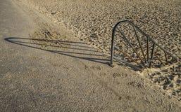 Σκουριασμένη ράγα χεριών για να στρωθεί με άμμο η παραλία Στοκ φωτογραφία με δικαίωμα ελεύθερης χρήσης