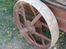 Σκουριασμένη ρόδα σιδήρου του παλαιού κάρρου Στοκ Εικόνες