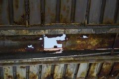 Σκουριασμένη στέγη μετάλλων με τη μεγάλη τρύπα σε το Στοκ Φωτογραφίες