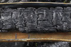 Σκουριασμένη υδρορροή με ένα απανθρακωμένο υπόβαθρο ακτίνων στοκ εικόνες