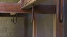 Σκουριασμένοι γάντζοι στο ξύλο απόθεμα βίντεο