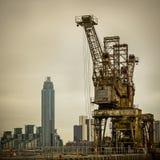 Σκουριασμένοι γερανοί στο σταθμό παραγωγής ηλεκτρικού ρεύματος Battersea Στοκ εικόνα με δικαίωμα ελεύθερης χρήσης
