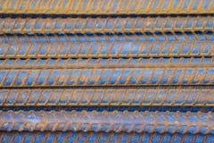 Σκουριασμένοι παραμορφωμένοι φραγμοί για το συγκεκριμένο υπόβαθρο ενίσχυσης σκουριασμένος Στοκ Εικόνα