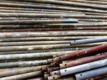 Σκουριασμένοι παλαιοί σωλήνες για την οικοδόμηση του ικριώματος Στοκ εικόνες με δικαίωμα ελεύθερης χρήσης