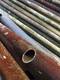 Σκουριασμένοι παλαιοί σωλήνες για την οικοδόμηση του ικριώματος Στοκ Εικόνες
