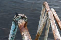 Σκουριασμένοι σωλήνες σιδήρου που πηγαίνουν στα βάθη της λίμνης Στοκ εικόνα με δικαίωμα ελεύθερης χρήσης
