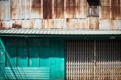 Σκουριασμένος γαλβανισμένος χάλυβας και πράσινο ξύλο για το υπόβαθρο σύστασης στοκ εικόνα