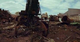 Σκουριασμένος γερανός στο scrapyard 4k φιλμ μικρού μήκους