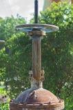 Σκουριασμένος γερανός στροφίγγων ελέγχου Στρογγυλή λαβή της κινηματογράφησης σε πρώτο πλάνο βαλβίδων παροχής νερού Βιομηχανικά συ Στοκ εικόνα με δικαίωμα ελεύθερης χρήσης