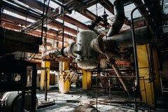 Σκουριασμένος εξοπλισμός μετάλλων, μεγάλοι βιομηχανικοί σωλήνες στο εγκαταλειμμένο εργοστάσιο στο δωμάτιο εργαστηρίων Στοκ φωτογραφίες με δικαίωμα ελεύθερης χρήσης