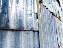Σκουριασμένος ζαρωμένος γαλβανισμένος φράκτης φύλλων στοκ φωτογραφίες